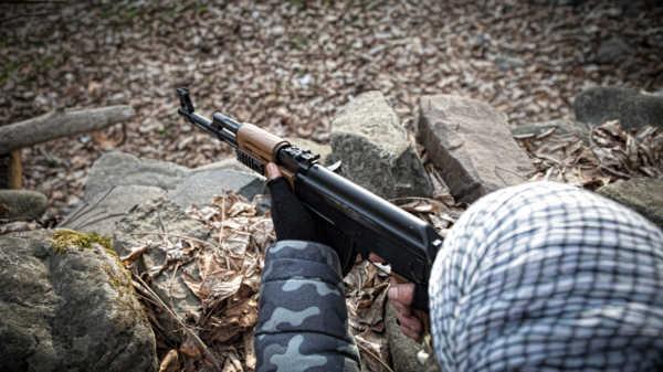 Homme armé en embuscade